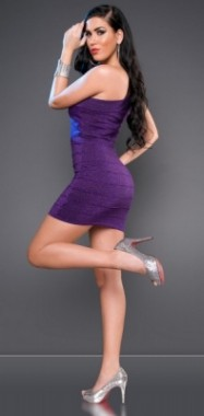 Dámské šaty na jedno rameno fialové